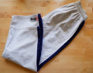 Pantalon blanc à rayure bleue